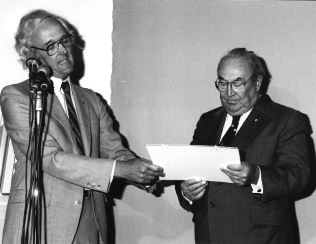 En 1985, l'homme d'affaires Jean-Louis Lévesque - principal mécène du musée - se voit décerner le Prix du mérite culturel gaspésien.